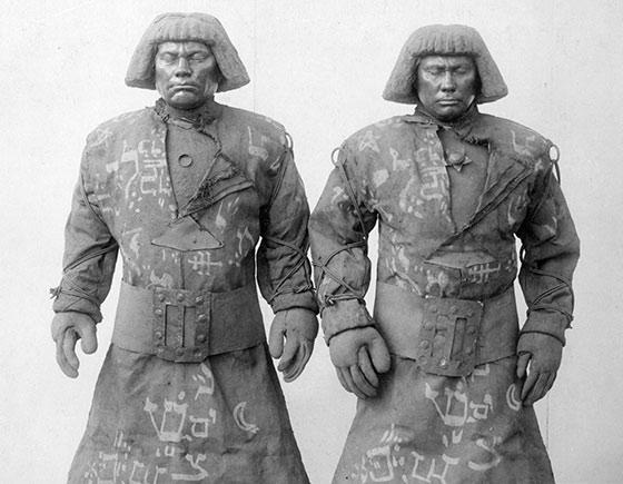 Schwarz-Weiß-Fotografie von zwei nahezu identischen Golems mit Pagenschnitt