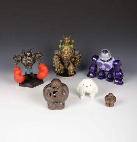 Sechs Golem-Figuren aus Ton oder Plastik