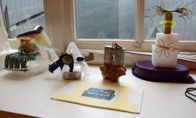 Vier Fantasie-Skulpturen aus Recyclingmaterial