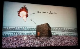 Foto eines Bildschirms. Zu sehen ist die Kaaba von Mekka und der Kopf von Abraham, der im Islam Ibrahim heißt.