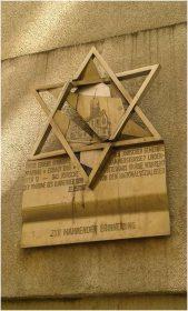 Davidstern, der ein zerbrochenes Synagogenrelief enthält, darunter die Aufschrift »Zur mahnenden Erinnerung«