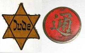Gelber Stern mit der Aufschrift »Jude« und runde rote Anstecknadel aus Metall, die mittig ein eingeprägtes chinesisches Schriftzeichen trägt