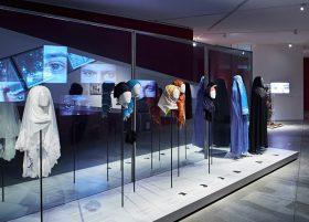 Mehrere Kopftücher und Schleier auf Kopfmodellen präsentiert