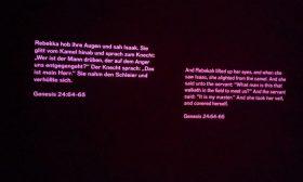 Zitat aus der Bibel an eine Wand projiziert, Genesis 24, 64-65