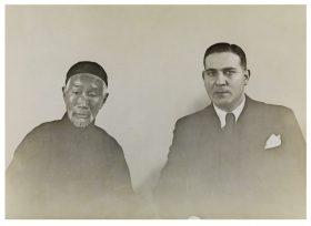 Schwarz-Weiß-Foto eines chinesisch und eines europäisch aussehenden Mannes