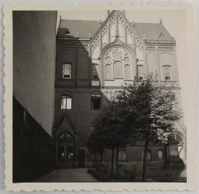 Die Aufnahme zeigt das Auerbach´sche Waisenhaus von der Schönhauser Allee aus gesehen. Im oberen Teil ist ein Spitzgiebel mit Fenstern zu sehen (Schwarz-Weiß-Foto)