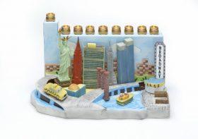Das Bild zeigt einen handbemalten Keramikleuchter mit der Skyline von New York.