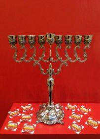 Chanukkia vor rotem Hintergrund