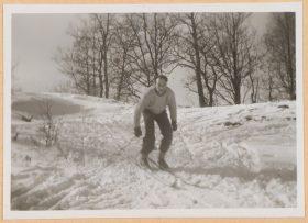 Auf dem schwarz-weiß Foto fährt Walter auf Skiern stehend einen kleinen Abhang hinab.