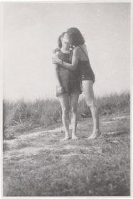 Zwei Frauen, die sich küssen