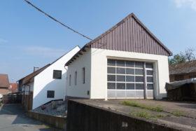 Unscheinbares, frisch renoviertes Haus mit großem Garagentor