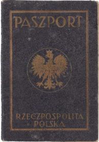 """Vorderseite des Passes mit der Aufschrift """"Paszport Rzeczpospolita Polska"""""""