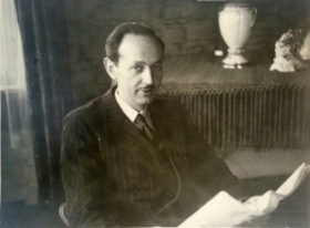 Schwarz-Weiß-Portrait-Foto eines Zeitung lesenden Mannes