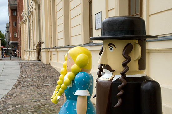 the figurines Herschel and Gretel in front of the entrance to the Jewish Museum Berlin