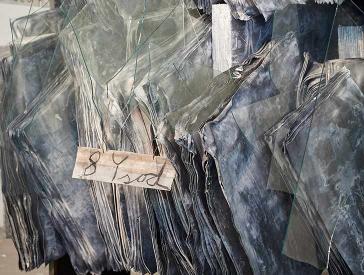 Skulptur einer Bibliothek aus Blei mit hineingesteckten Glasscherben