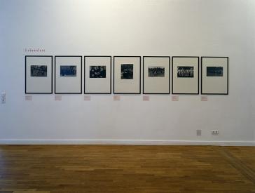 Wand mit gerahmten Schwarz-Weiß-Fotos