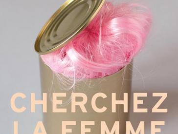Konservendose mit rosafarbener Perücke darin