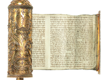 Tora Rolle in goldener Hülse mit filigraner Verzierung