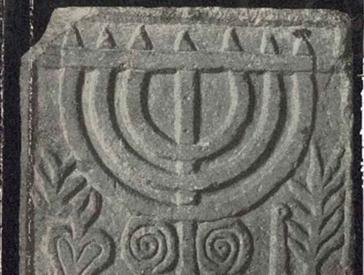 Detail aus einem Buchcover: Abbildung eines Menora-Steinreliefs