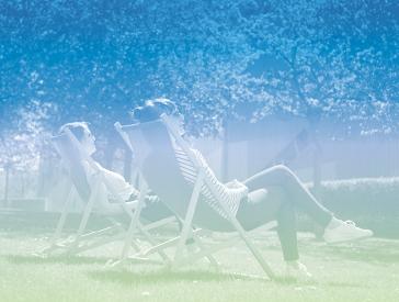 Grafik in blau-grünen Pastelltönen: Menschen auf Liegestühlen im Museumsgarten