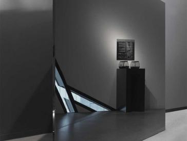 Ansicht einer schwarzen Glasvitrine