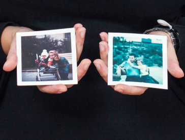 Zwei Hände halten zwei Farbfotografien