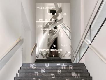 Treppe zur Dauerausstellung