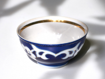 Blue and white tea bowl, inside with gold rim