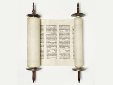Tora-Rolle: sie ist leicht aufgerollt, so dass zwei Spalten mit hebräischem Text sichtbar sind