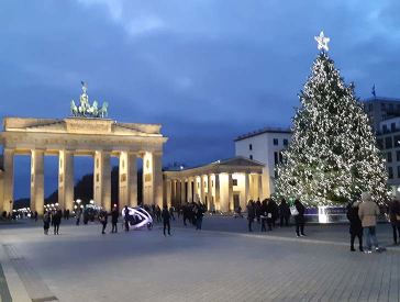 Christmas tree on Pariser Platz with the illuminated Brandenburg Gate in the background