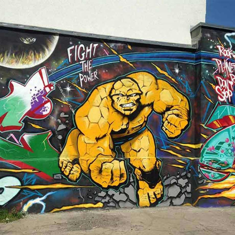 Graffiti mit Actionfigur und der Aufschrift Fight the Power