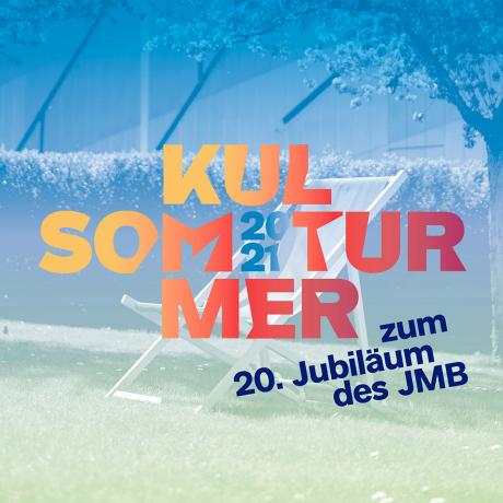 Liegestuhl im Museumsgarten, darüber die Aufschrift: Kultursommer 2021, zum 20. Jubiläum des JMB