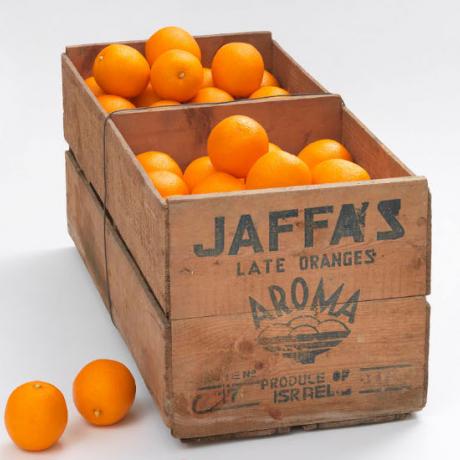 Braune Holzkiste mit Orangen, mit Jaffa-Schriftzug