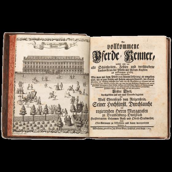 Aufgeschlagenes Buch im Ledereinband mit einer Illustration reitender und flanierender Menschen vor einem herrschaftlichen Gebäude, daneben die Titelei von Der vollkommene Pferde-Kenner