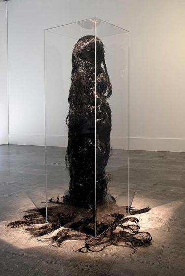 Lebensgroße Skulptur mit bodenlangen Haaren