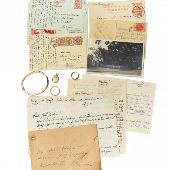 Armband, Amulett, zwei Ringe, vergilbte Postkarten und Briefe