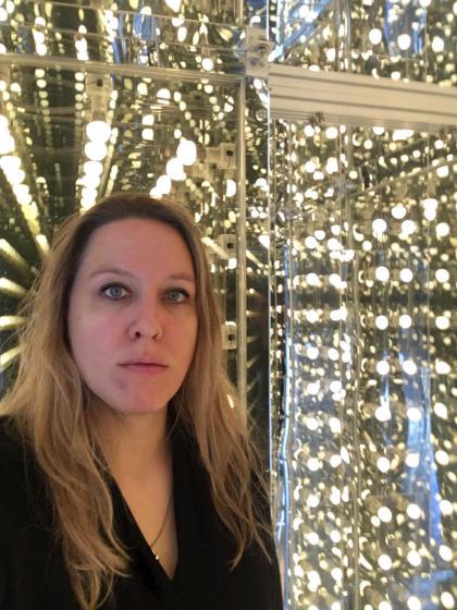 Selfie Shelley Harten vor einem silber glänzenden Hintergrund