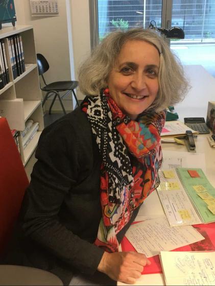 Porträt von Sarah Hiron in einem Büro
