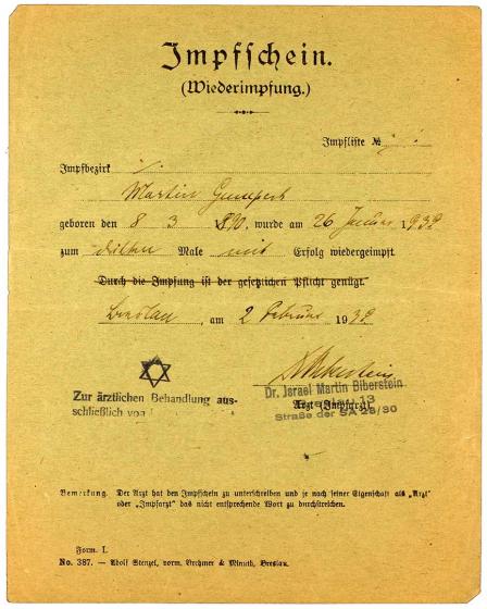 Impfbescheinigung für Martin Gumpert mit ergänztem Zwangsnamen, Breslau, 1.2.1939.  Auf der Impfbescheinigung ist ein Stempel, wonach der Arzt Dr. Martin Biberstein ausschließlich zur ärztlichen Behandlung von Juden berechtigt sei.