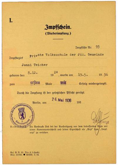 Impfbescheinigung für Jonni Teicher: Vordruck, maschinenschriftlich ausgefüllt. Die Impfung fand durch das Gesundheitsamt Berlin, Prenzlauer Berg in der Jüdischen Volksschule statt.