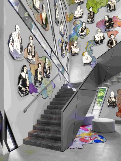 Treppe mit Illustrationen von Personen an der Wand