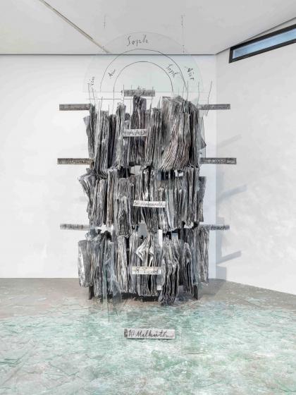 Skulptur aus Metall und Glas, Scherben auf dem Boden