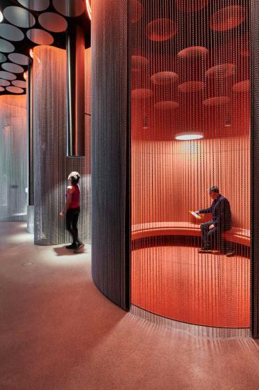 Ansicht Klangraum mit metallenen Vorhängen und Personen