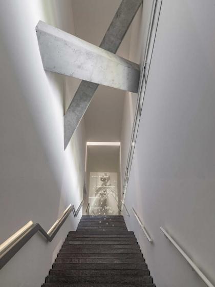 Treppe mit Projektion von hebräischen und lateinischen Buchstaben