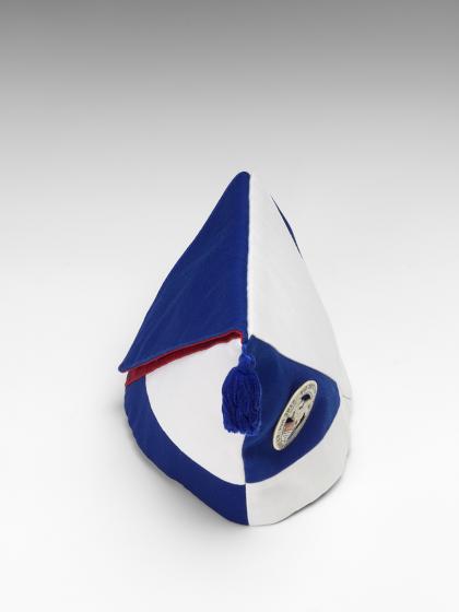 Handgefertigtes blau-weiß-rotes Krätzchen (Gesellschaftsmütze bzw. Narrenkappe) des jüdischen Karnevalsvereins Köllsche Kippa Köpp e.V. aus der Vogelperspektive