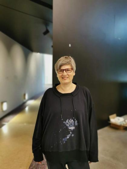 Porträt von Leonore Maier in den Räumen der neuen Dauerausstellung