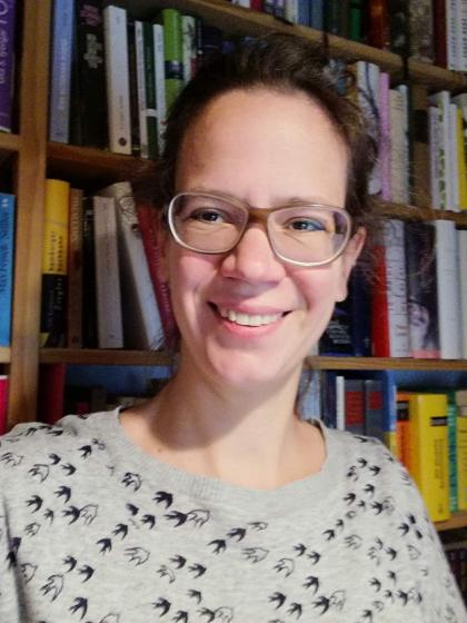 Selfie von Marie Naumann vor Bücherregal