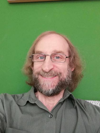 Selfie von Aubrey Pomerance vor einer grünen Wand