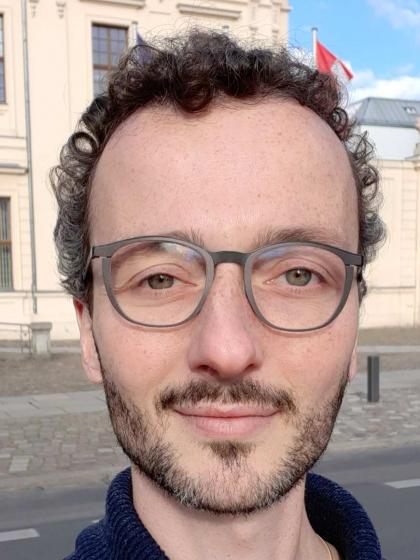 Selfie von David Studniberg vor dem Barockbau des Jüdischen Museums Berlin.