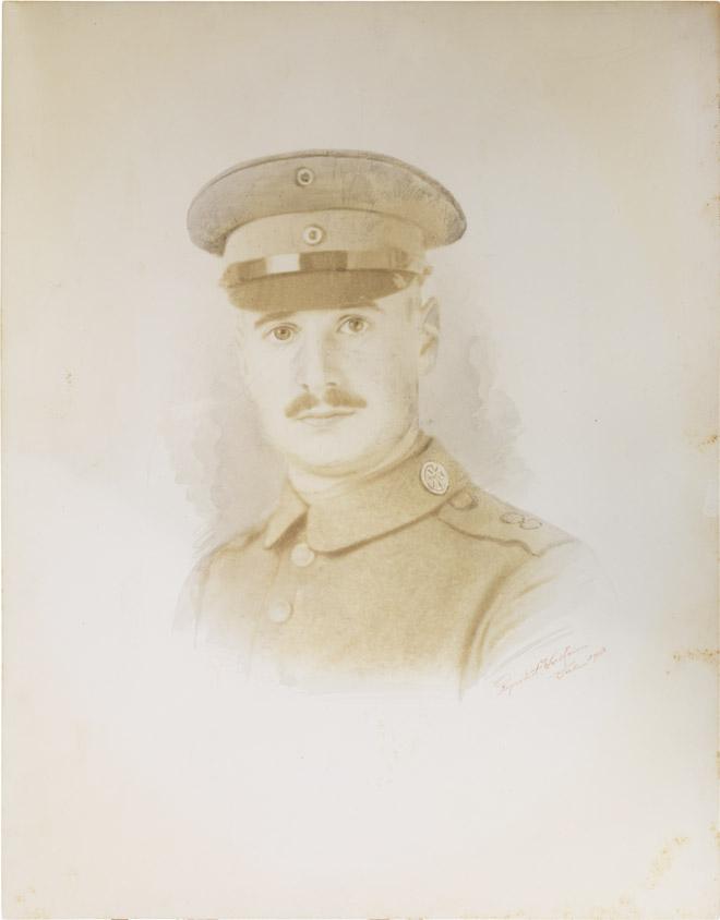 Schwarz-weiß-Foto: Porträt eines uniformierten Soldaten